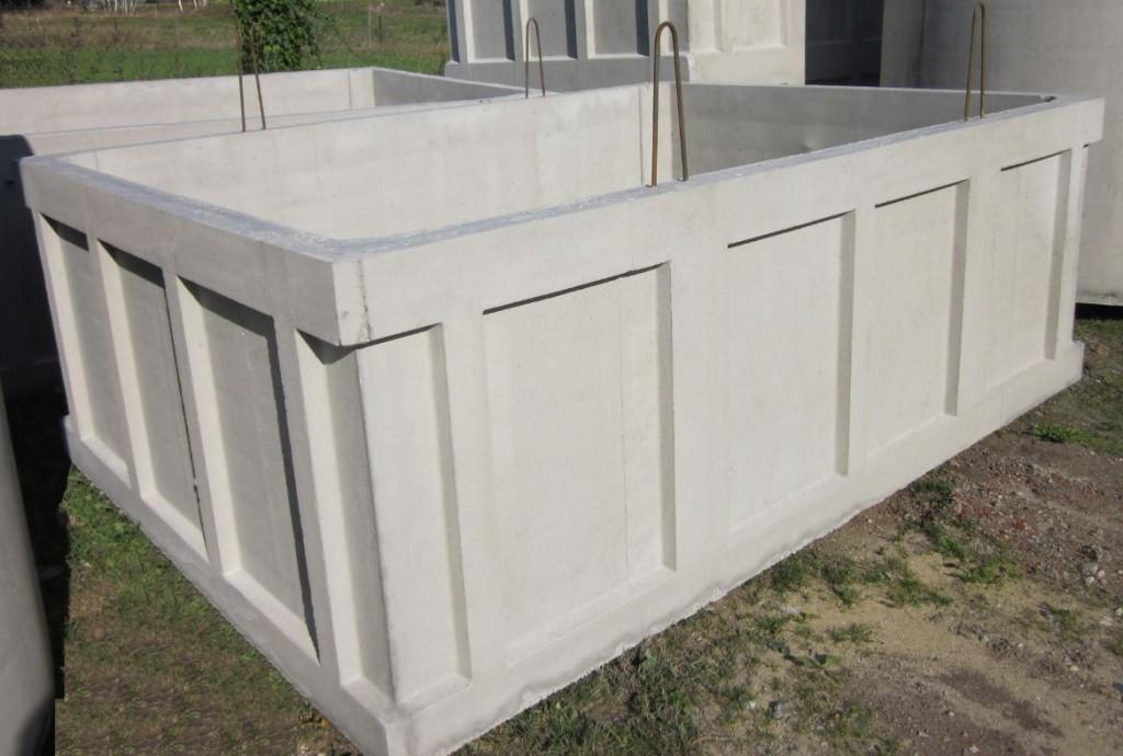 Cuve ouverte en béton armé. 2,50 m x 3,50 m , hauteur 1,35 m.